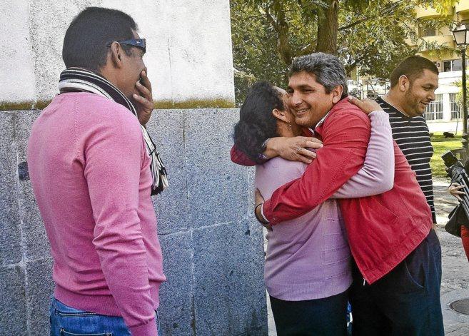 Juan José Cortés, felicitado por su madre tras ser absuelto en el juicio por un tiroteo.