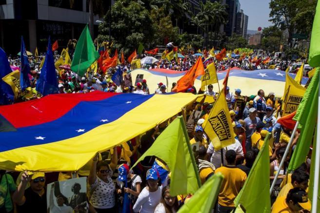 Manifestantes opositores al Gobierno de Maduro se manifiestan hoy en...