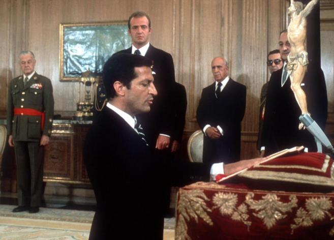 Adolfo Suárez jurando su cargo como presidente del Gobierno, ante el...