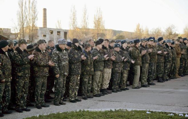 Marineros ucranianos sitiados por los rusos en la base de Belbek, en...
