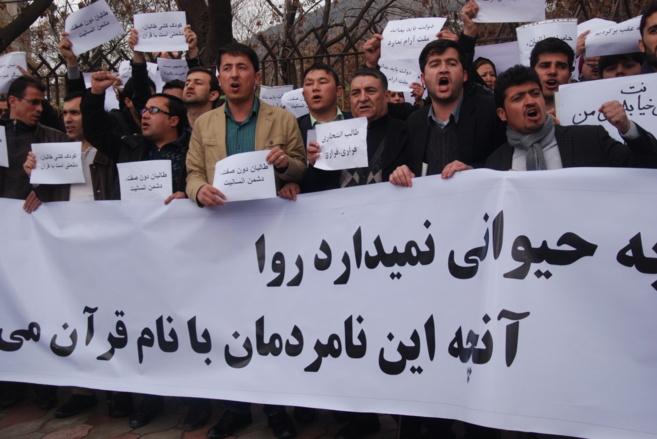 Asistentes a la manifestación en Kabul de este domingo.