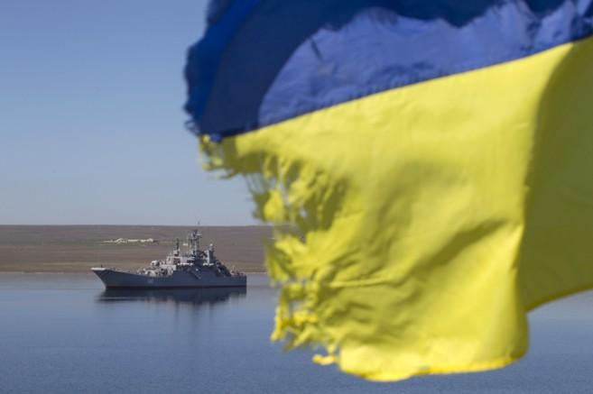 Una bandera ucraniana colocada por un familiar de un marino a bordo...