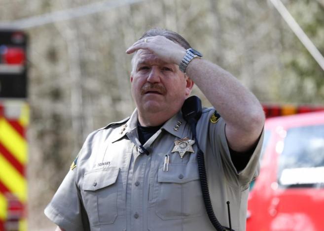El comisario del condado Ty Trenary dirige el corte de carreteras...