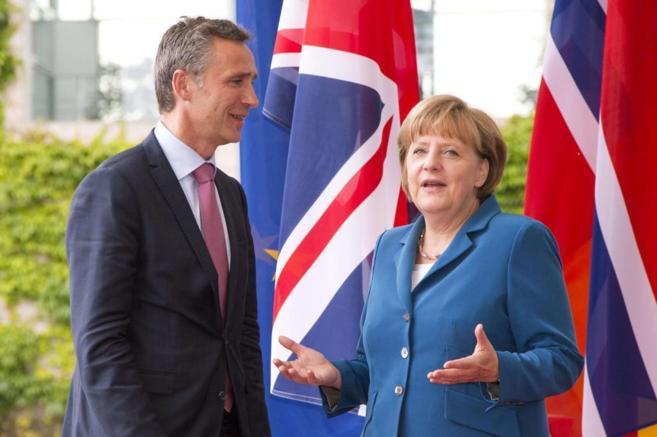 El ex primer ministro noruego Jens Stoltenberg, junto a la canciller...