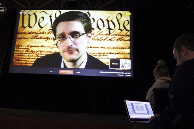 Momento en el que el ex miembro de la CIA Edward Snowden interviene en...