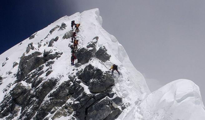 Un escalador supera el Escalón Hillary, a 8.790 metros, mientras otro...
