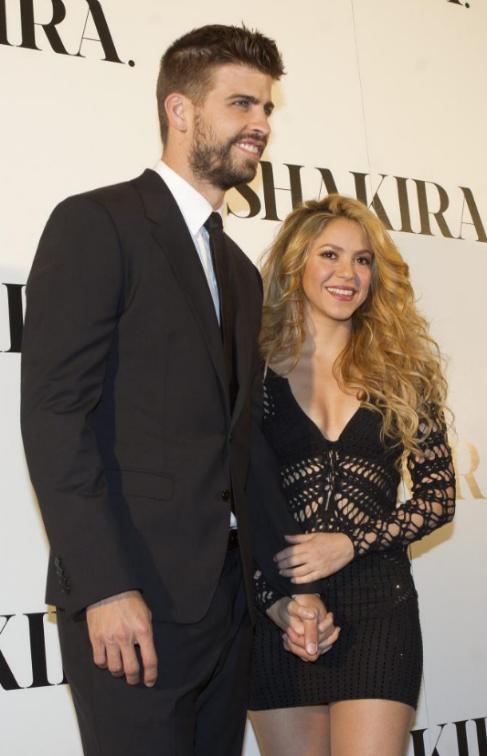 Shakira, acompañada de Piqué en la presentación de su disco en...