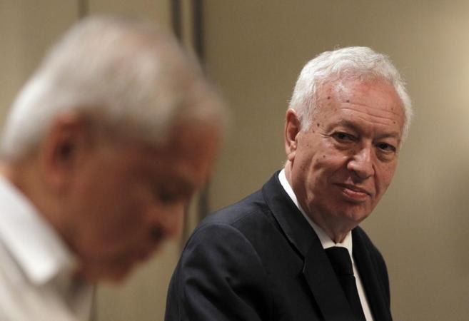 El ministro García-Margallo junto a su homólogo filipino, Albert del...