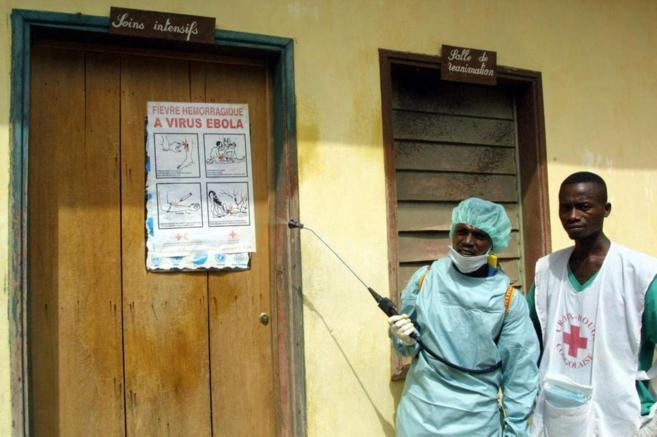 Trabajadores de Cruz Roja durante un brote de Ébola en el Congo en...