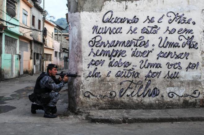 Un policía entra en la favela de Maré para asegurar el despliegue...