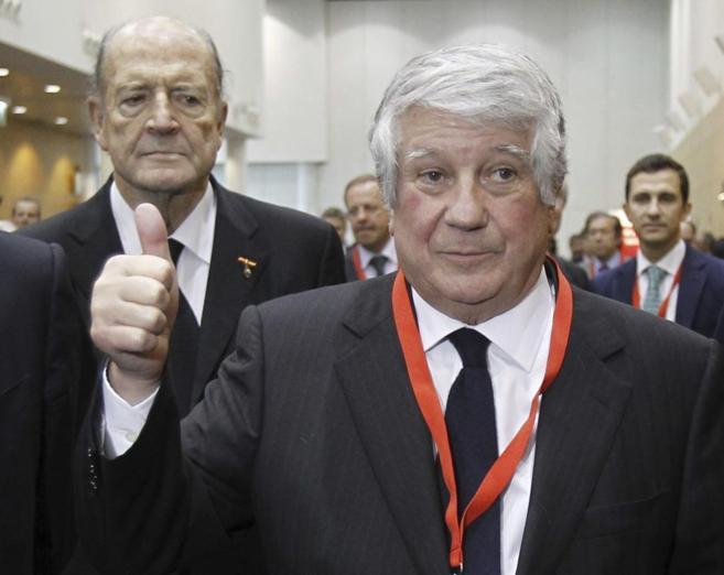 El presidente de CEIM, Arturo Fernández, tras su victoria.