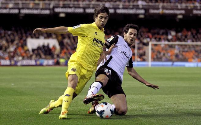 Oliver pelea por el balón con Parejo en el partido del Mestalla.