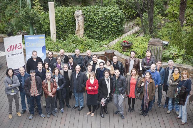 Foto de familia de los guionistas que debatieron sobre la profesión.