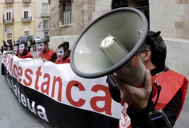 Los trabajadores de RTVV protestan frente al Palau de la Generalitat.