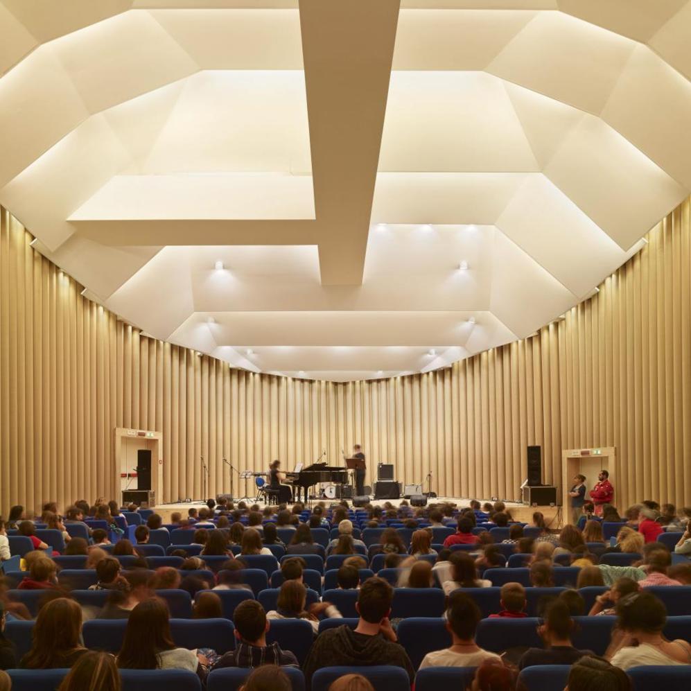 Auditorio de L'Aquila, realizado en papel por Ban tras el terremoto...