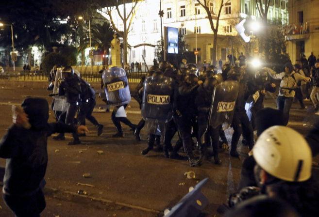 Policías antidisturbios se protegen en la Marcha de la Dignidad