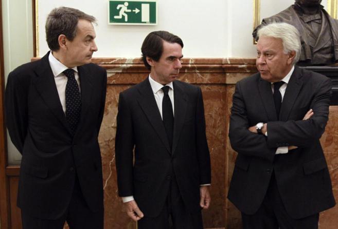 Zapatero, Aznar y González, el lunes, durante la capilla ardiente de...