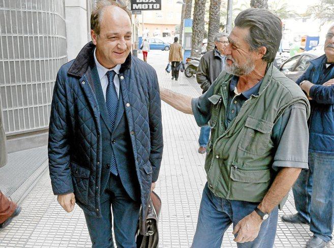 El abogado de la Plataforma CAM, Diego de Ramón (izquierda), ayer en...
