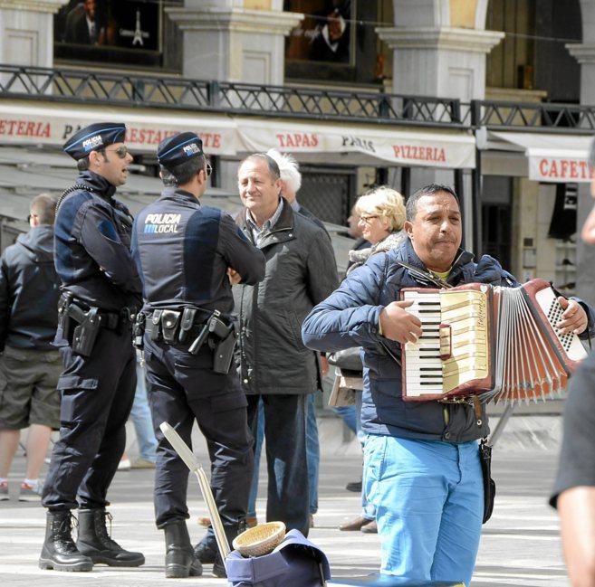 Dos agentes de la Policía Local de servicio en el centro de Palma.