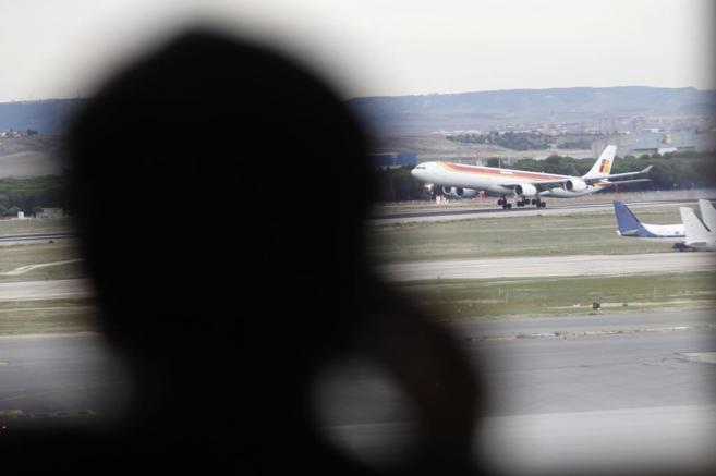 Un avión aterriza en una pista del aeropuerto de Barajas.