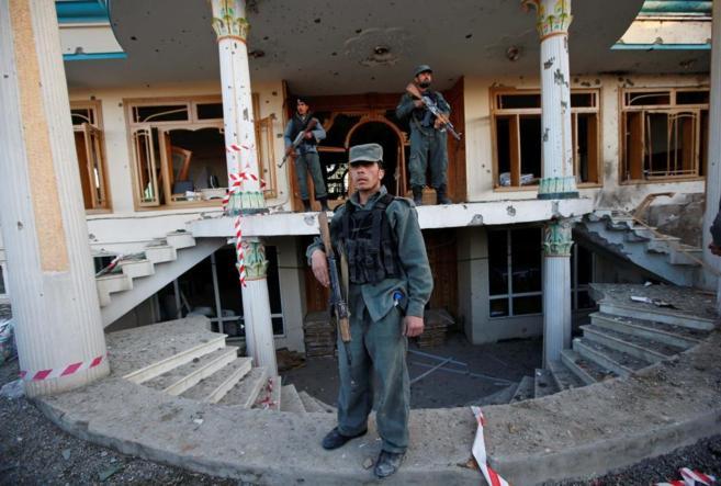 Policías, en la sede de la Comisión Electoral en Kabul.