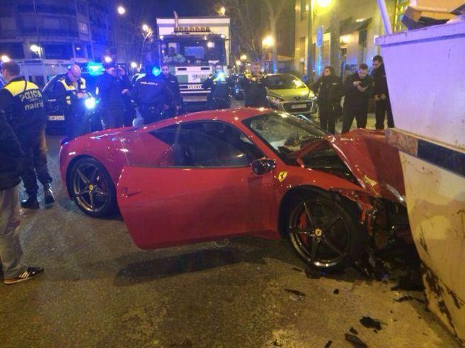 Se estrella con un Ferrari de 240.000 euros y lo abandona en el centro de Madrid