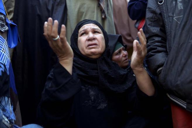 Familiares de los partidarios de  Mursi fuera del tribunal donde...