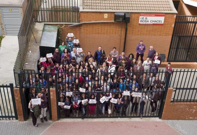 Alumnos, profesores y madres del Rosa Chacel protestando contra su...