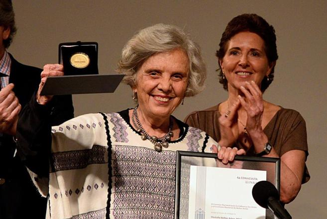 Elena Poniatowska recibe la Medalla Bellas Artes en México.