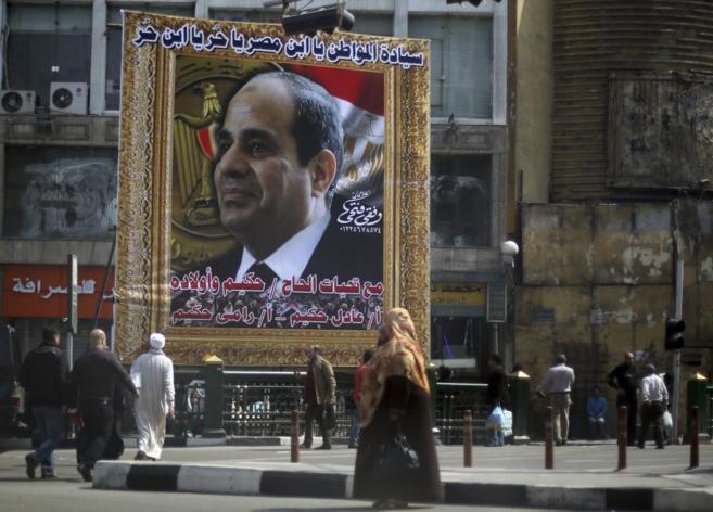 Un gran cartel en las calles de El Cairo con la imagen del mariscal de...