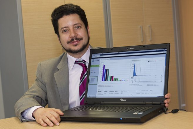 Ignasi Belda, fundador de Intelligent Pharma, muestra el...