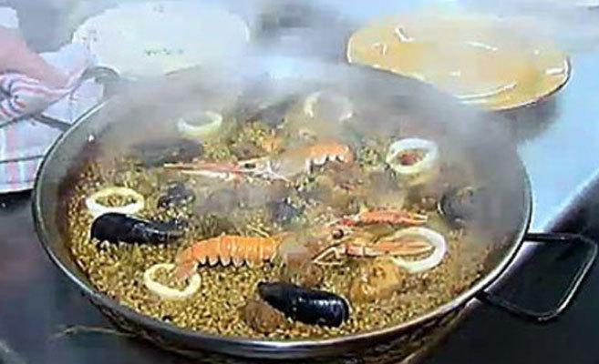 La paella con pollo, calamares, salchicha, cigalas y ciruelas de Quim...
