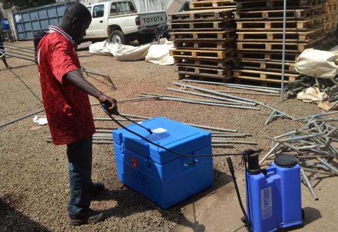 Un hombre desinfecta un material almecenado antes de utilizarlo en...