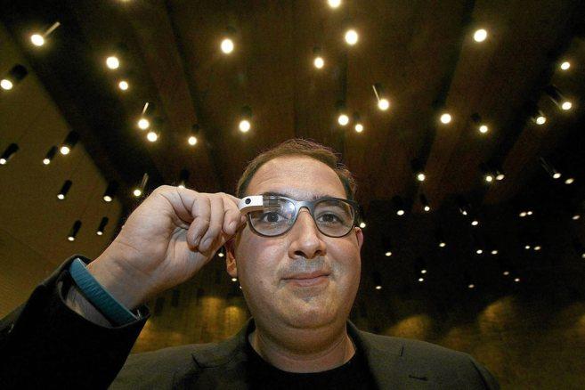El CEO de Droiders, Julián Beltrán, con las Google Glass.