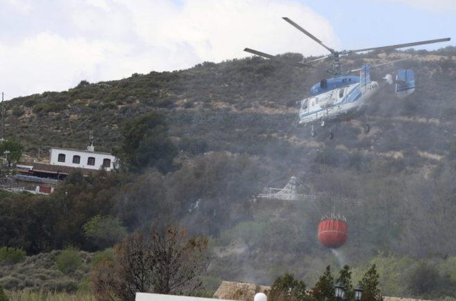 Un helicóptero en plenas tareas de extinción del fuego en la Sierra...