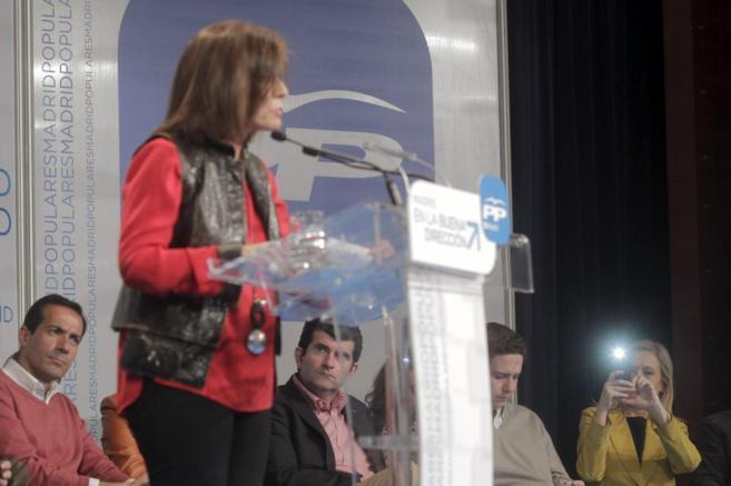 Ana Botella, observada por Salvador Victoria mientras Cristina...