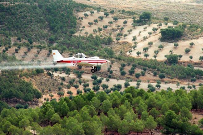 Avioneta para fumigar árboles con procesionaria