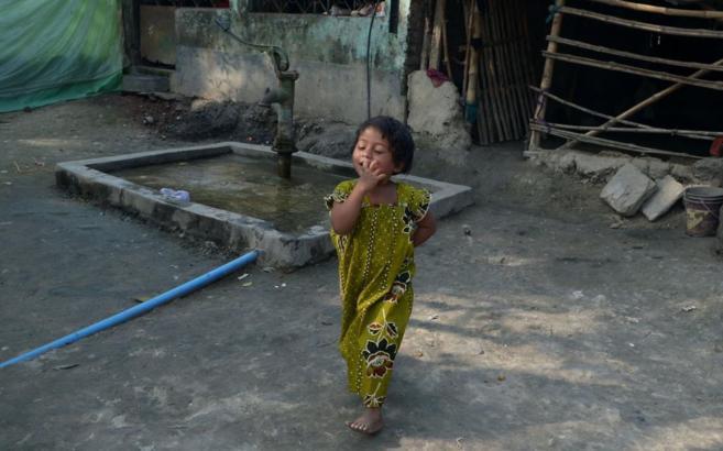 Una niña india en la calle