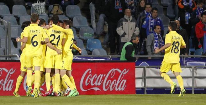 Los jugadores del Villarreal abrazan a Perbet tras su gol.