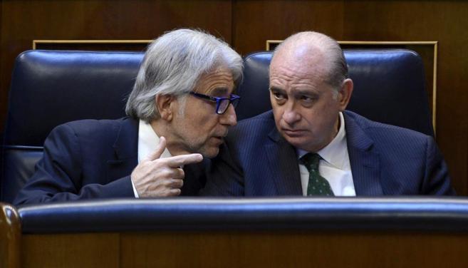 El diputado de CiU Sánchez Llibre habla con el ministro del Interior,...
