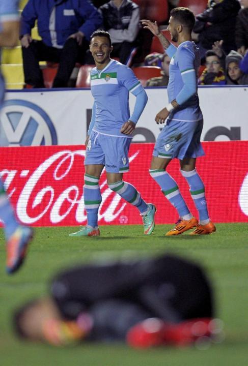 Rubén Castro celebra junto a Vadillo el gol de la sentencia.