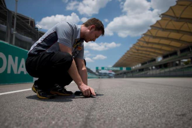 GP de Malasia. Un técnico chequea la temperatura del asfalto en...