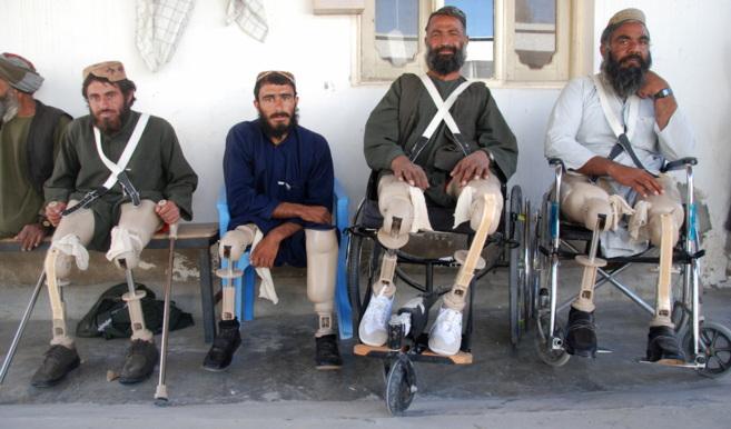Mahmud y Mohammad Gul y Gran Kaka (dcha.) en el centro ortopédico...