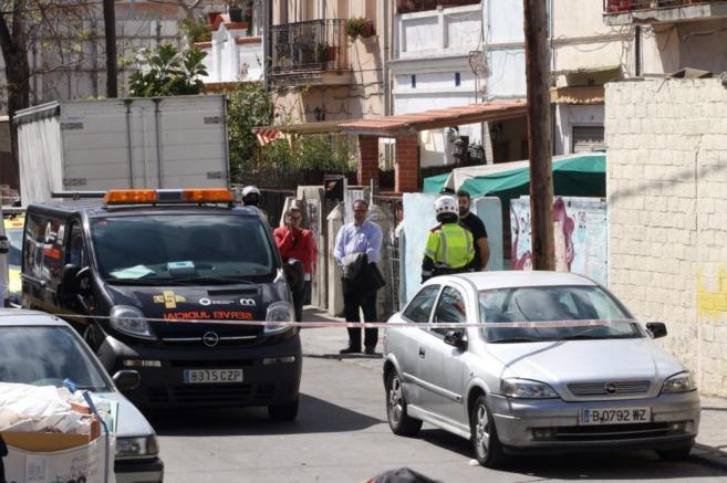 La Policía y los servicios judiciales ante la vivienda donde ha sido...