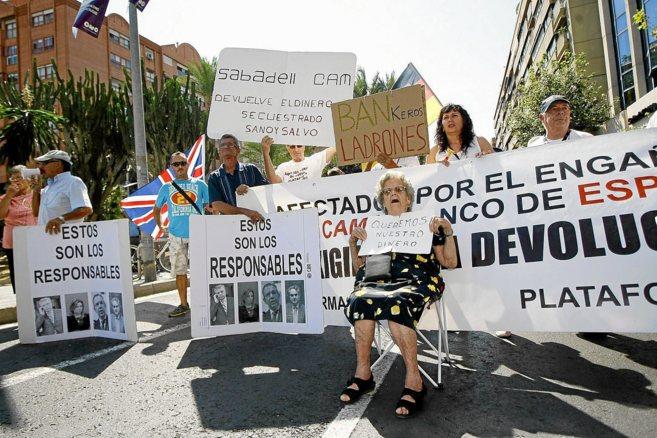 Miembros de la plataforma de afectados por la caída de la CAM, en la...