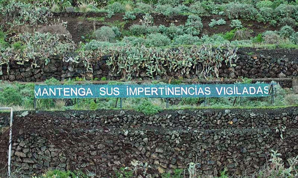 Uno de los carteles en la autopista de Tenerife.