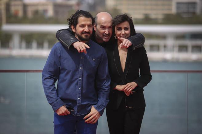 Javier Cámara, entre el director Jorge Torregrosa y la actriz Carmen...