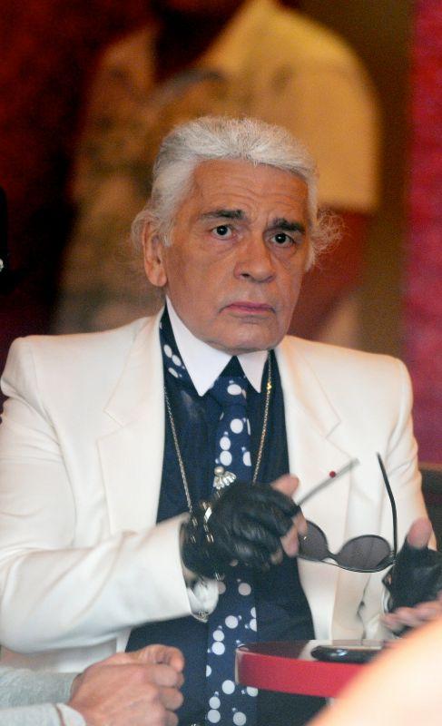 El modisto alemán Karl Lagerfeld no sale de casa desde 1967 sin sus característicos anteojos de sol. Así se lo ha confesado a la revista alemana 'ZEITmann'.