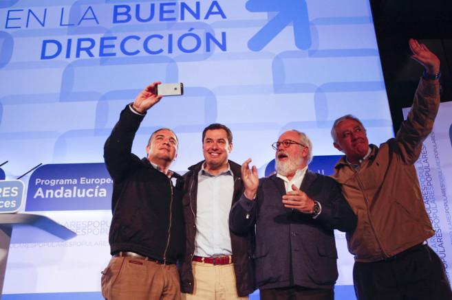 Bendodo hace con su móvil una autofoto junto a Moreno, Arias Cañete...