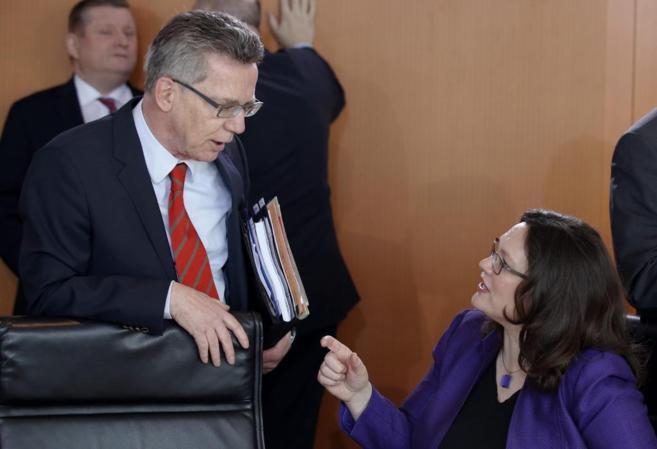 La ministra de Empleo, Andrea Nahles, habla con el titular de...